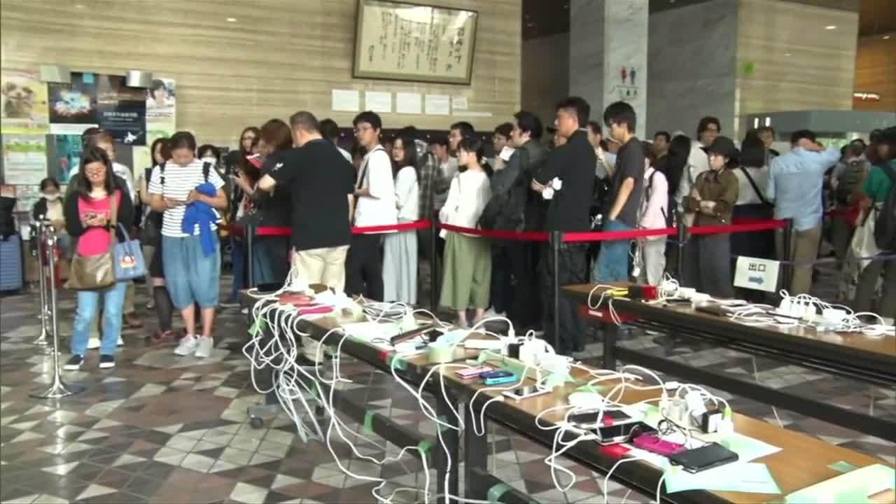 Người Nhật xếp hàng chờ sạc điện thoại sau động đất
