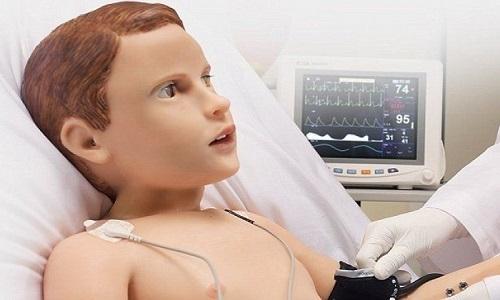 Bé trai robot òa khóc đòi mẹ khi bị chích máu