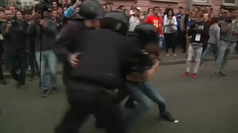 Cảnh sát Nga bắt hàng trăm người biểu tình trái phép