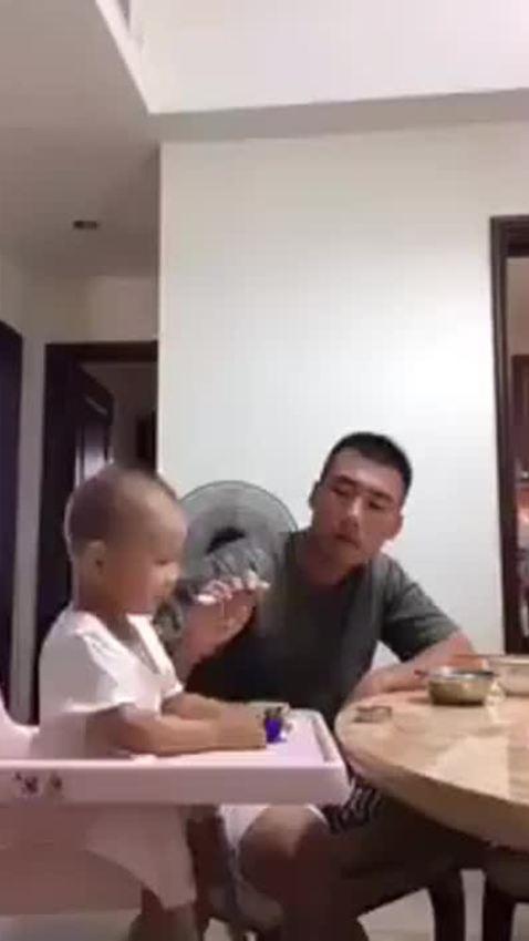 Tuyệt chiêu trị con biếng ăn của ông bố 'bá đạo'