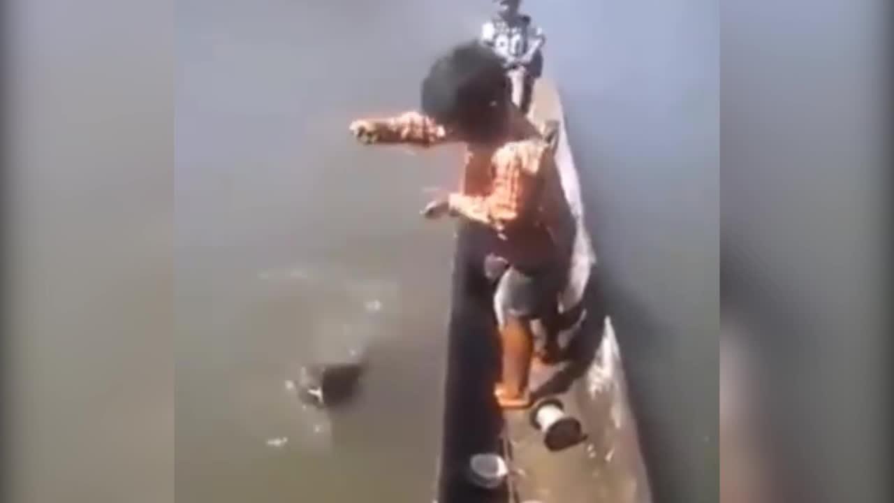 Cần thủ nhí câu được cá khủng
