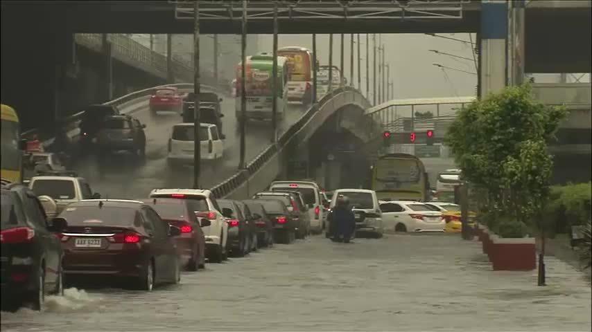 Mưa lớn gây ngập đường cao tốc ở thủ đô Manila, Philippines