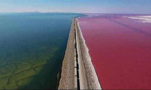Đường tàu cắt ngang qua hồ nước hai màu ở Mỹ