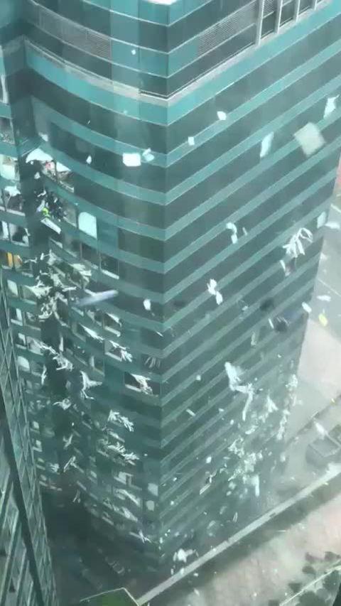 Bão Mangkhut làm vỡ cửa sổ, cuốn tài liệu bay tứ tung ở Hong Kong