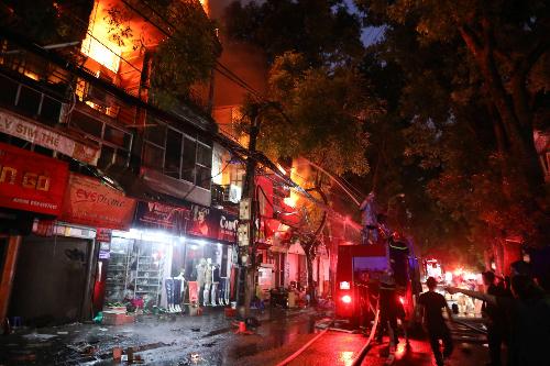Cháy hàng loạt nhà trên phố Đê La Thành Hà Nội