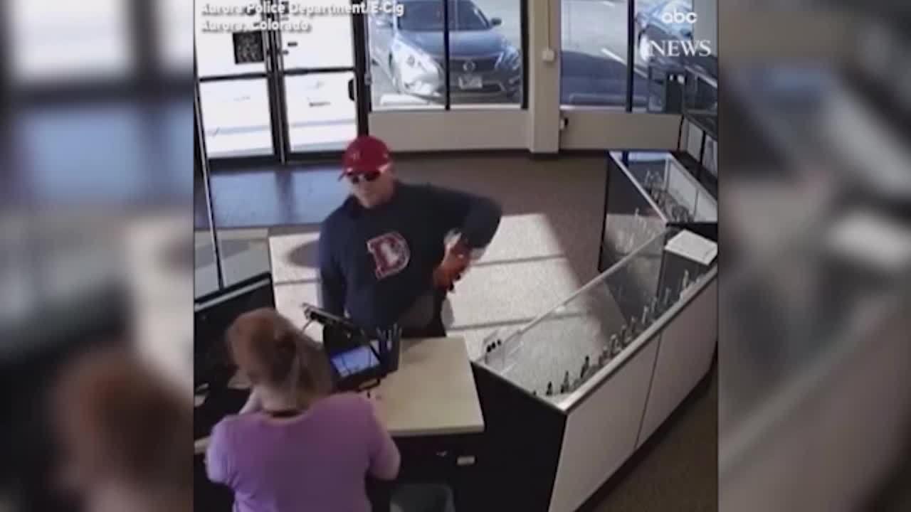 Kẻ cướp chạy tụt cả quần khi đánh rơi súng