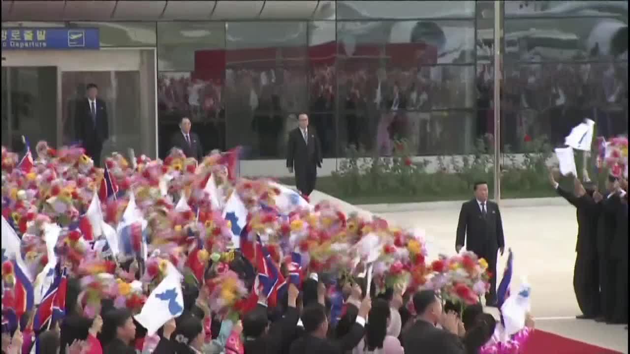 Rừng người cờ hoa chào đón Tổng thống Hàn Quốc ở Bình Nhưỡng