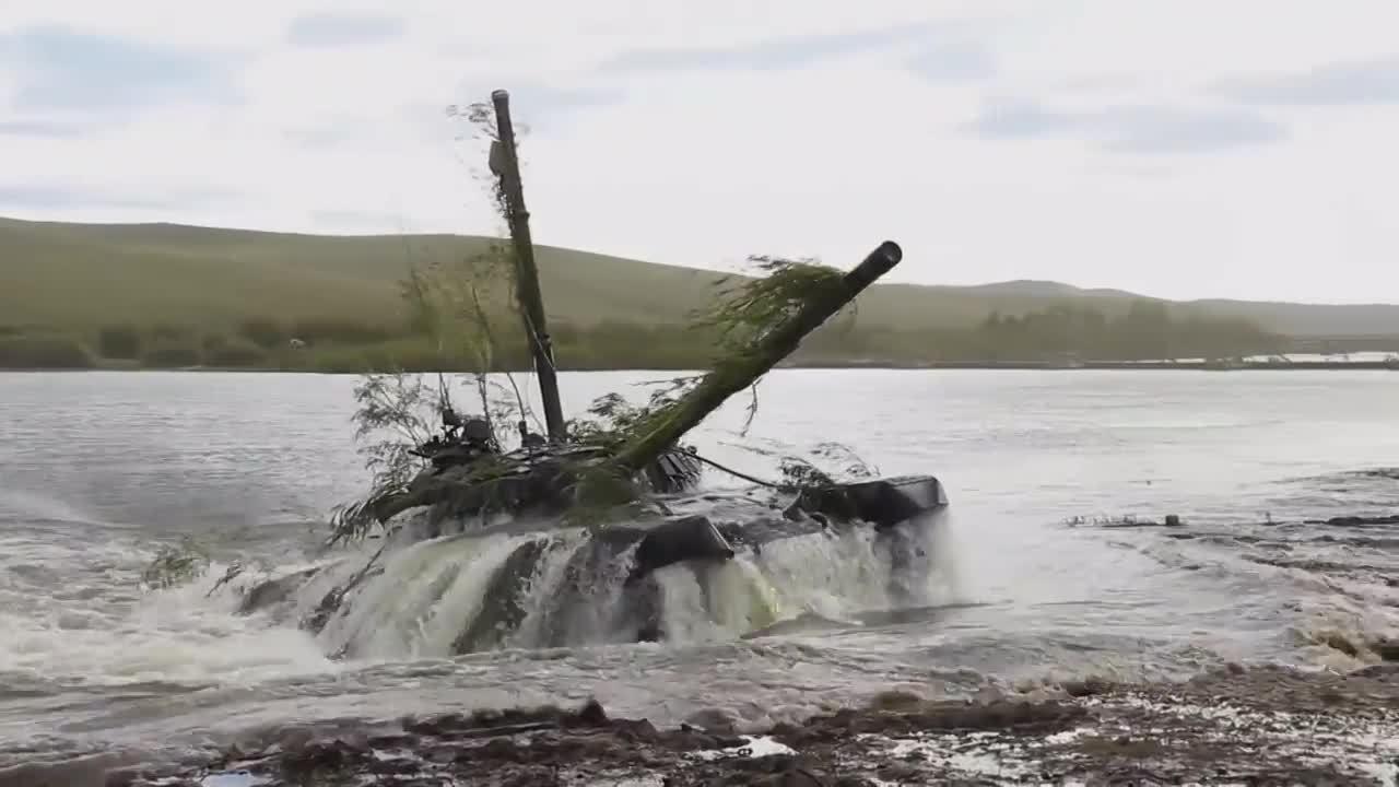 Xe tăng Nga bơi vượt sông trong tập trận Vostok