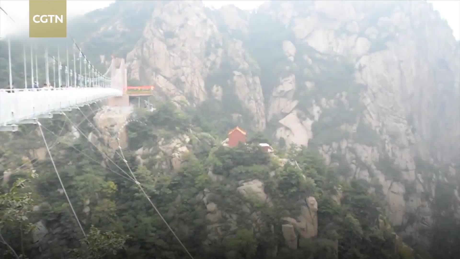 Cầu kính 5D bắc qua thung lũng cao 120 m ở Trung Quốc