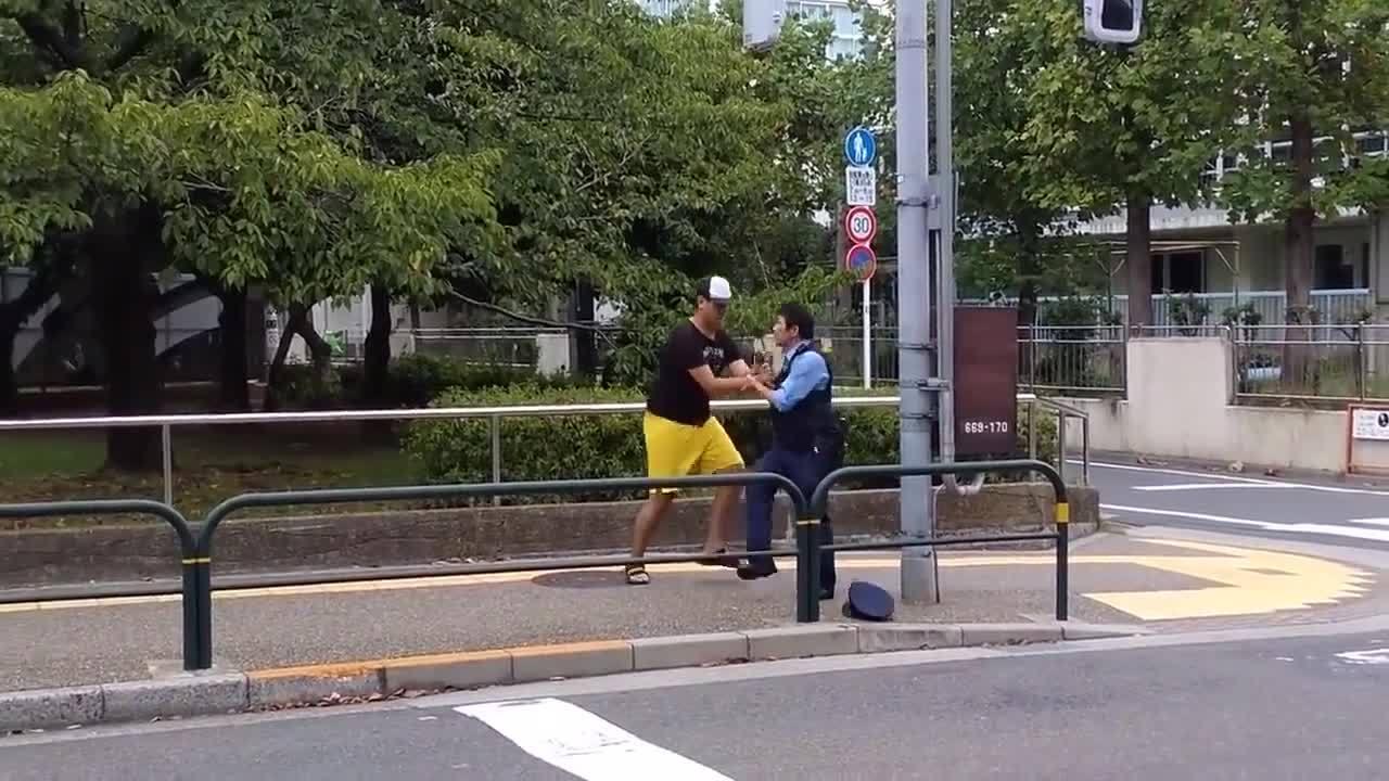 Nam thanh niên nhận trái đắng vì gây chuyện với cảnh sát