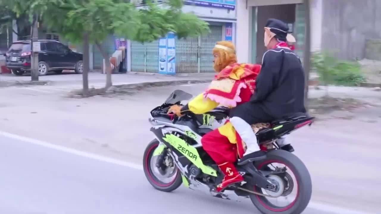 Ngộ Không và Trư Bát Giới cưỡi mô tô dạo phố