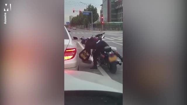 Biker nhặt rác, ném trả lại cho người trên ôtô