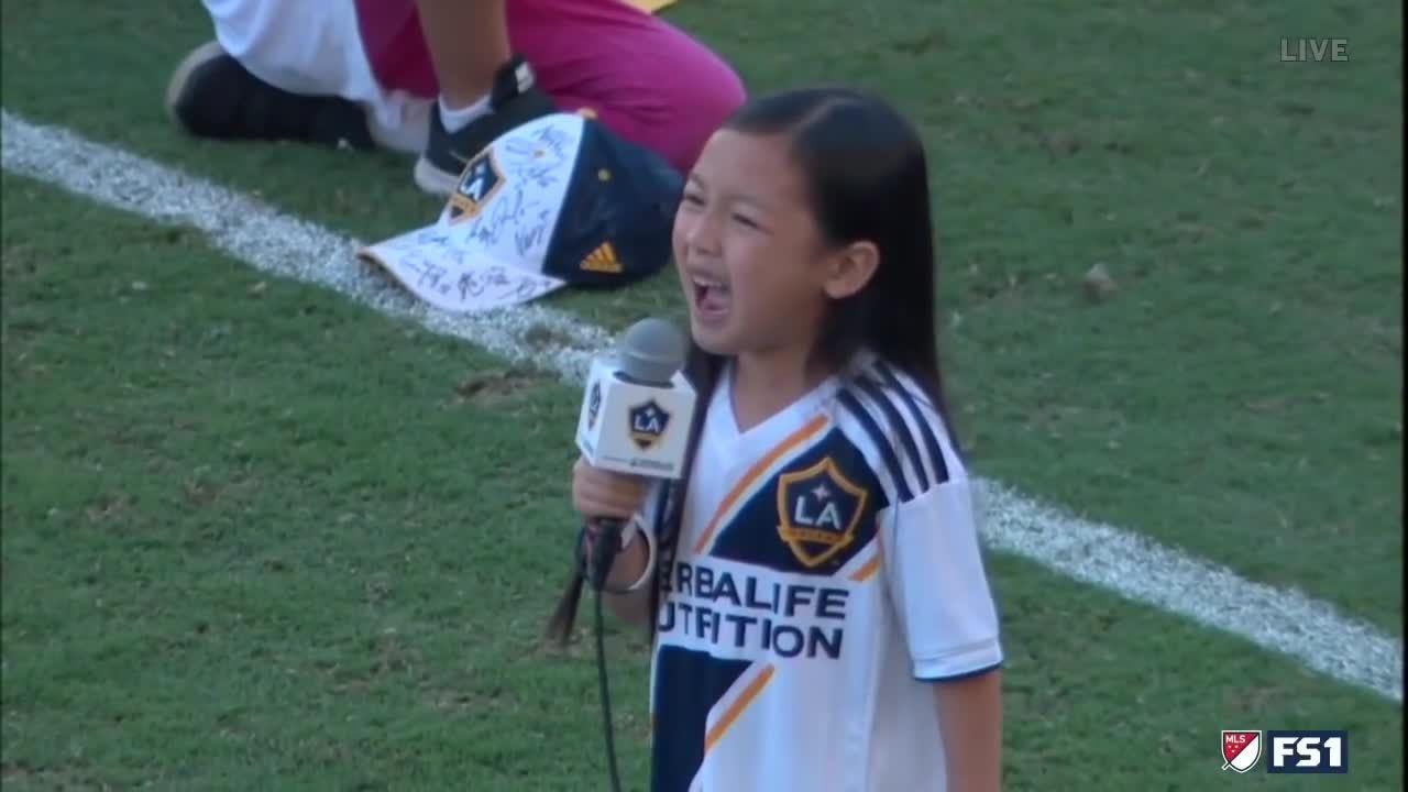 Bé gái 7 tuổi gây sốt sau màn hát quốc ca tại giải bóng đá Mỹ
