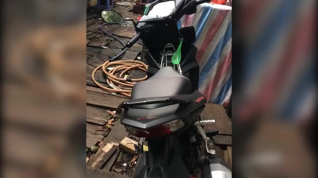 Nơi cất tiền ít ai ngờ trên xe máy