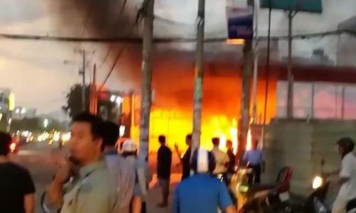 Cây xăng ở Sài Gòn bốc cháy ngùn ngụt