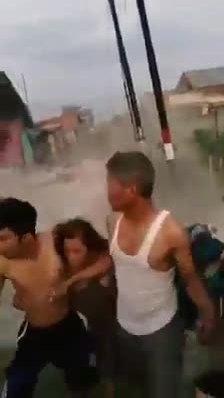 Người Indonesia hoảng hốt tháo chạy khi nền đất hóa lỏng sau sóng thần