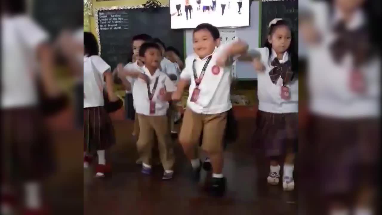 Bé trai thể hiện khả năng nhảy điêu luyện