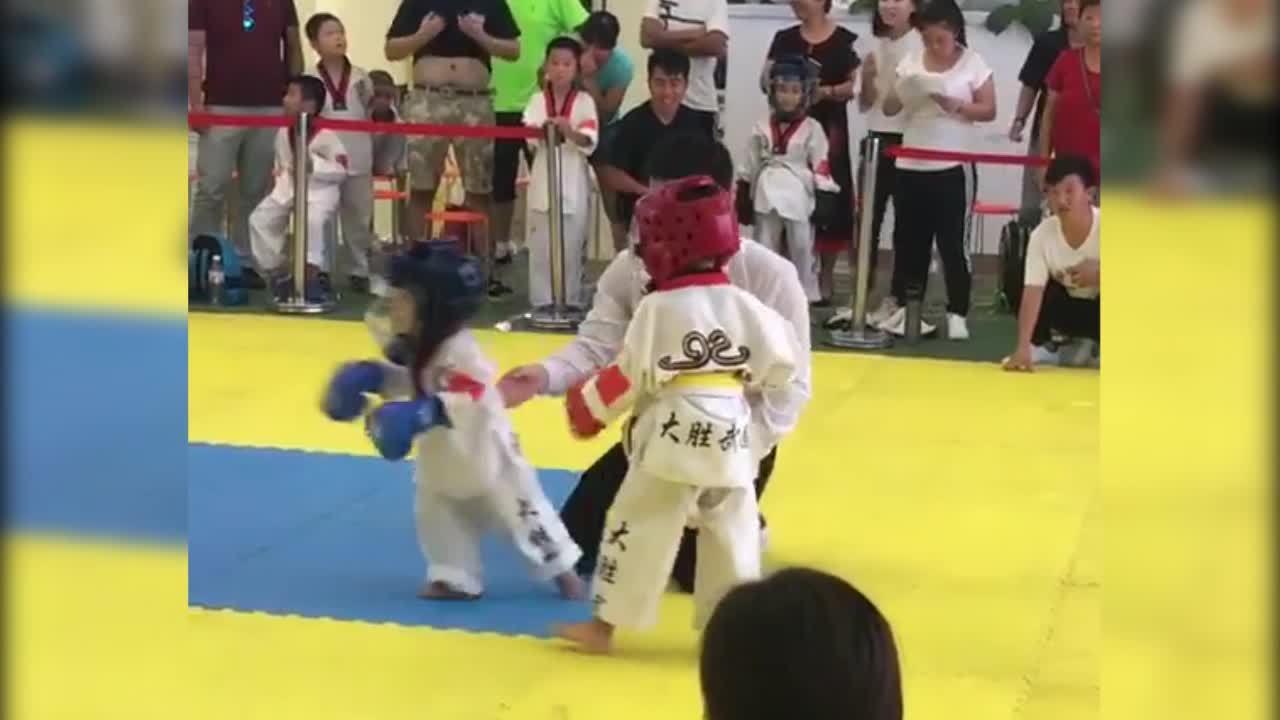 Trận so găng của hai võ sĩ nhí khiến người xem bật cười