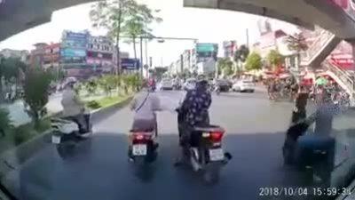 Bóp còi inh ỏi vì 3 nữ 'ninja' tránh nắng trong cầu vượt: tài xế ôtô có sân si?