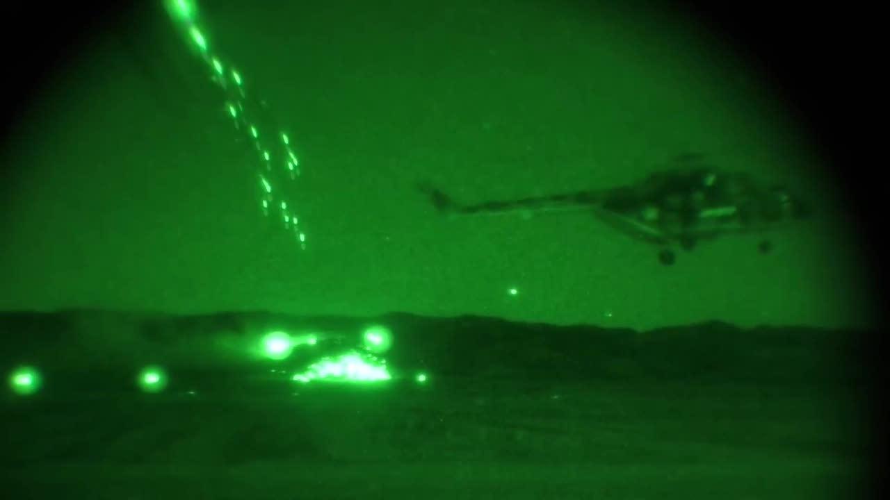 Trực thăng, thiết giáp Nga phô diễn hỏa lực diệt mục tiêu trong đêm