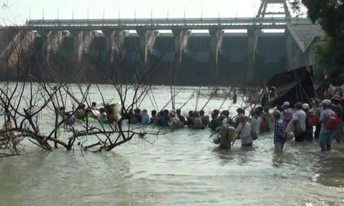 Hàng nghìn người bắt 'cá khủng' dưới chân đập thủy điện Trị An