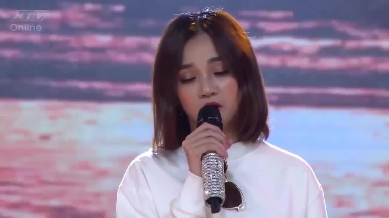 Trấn Thành che mặt xấu hổ khi cô gái cất giọng hát