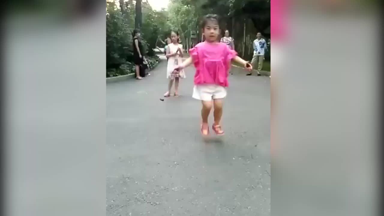 Bé gái thể hiện tài nhảy dây siêu đẳng