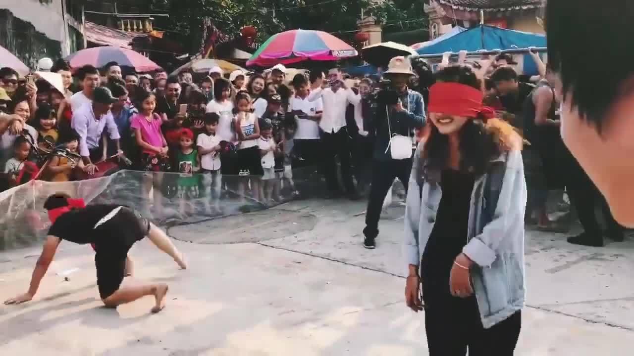 Cô gái 'khổ sở' vì trò chơi bịt mắt bắt vịt