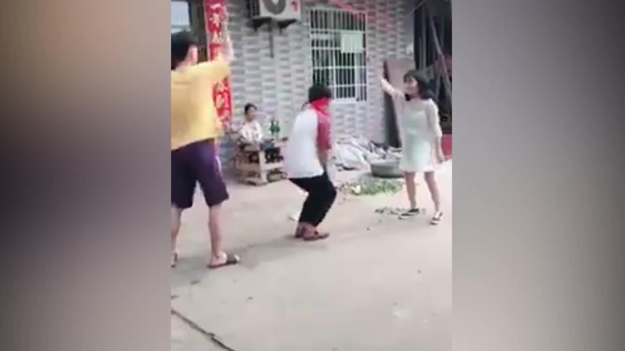 Nam thanh niên khổ sở vì bị đám bạn chơi khăm