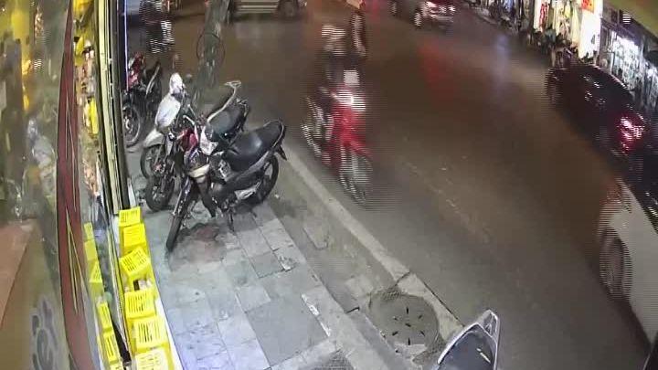 Cô gái bị cướp điện thoại ở Hà Nội và bài học về sự hớ hênh