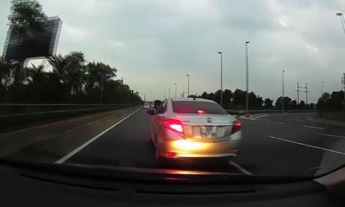 """Vios """"dằn mặt"""" xe khác bằng cách phanh gấp trước mũi xe"""