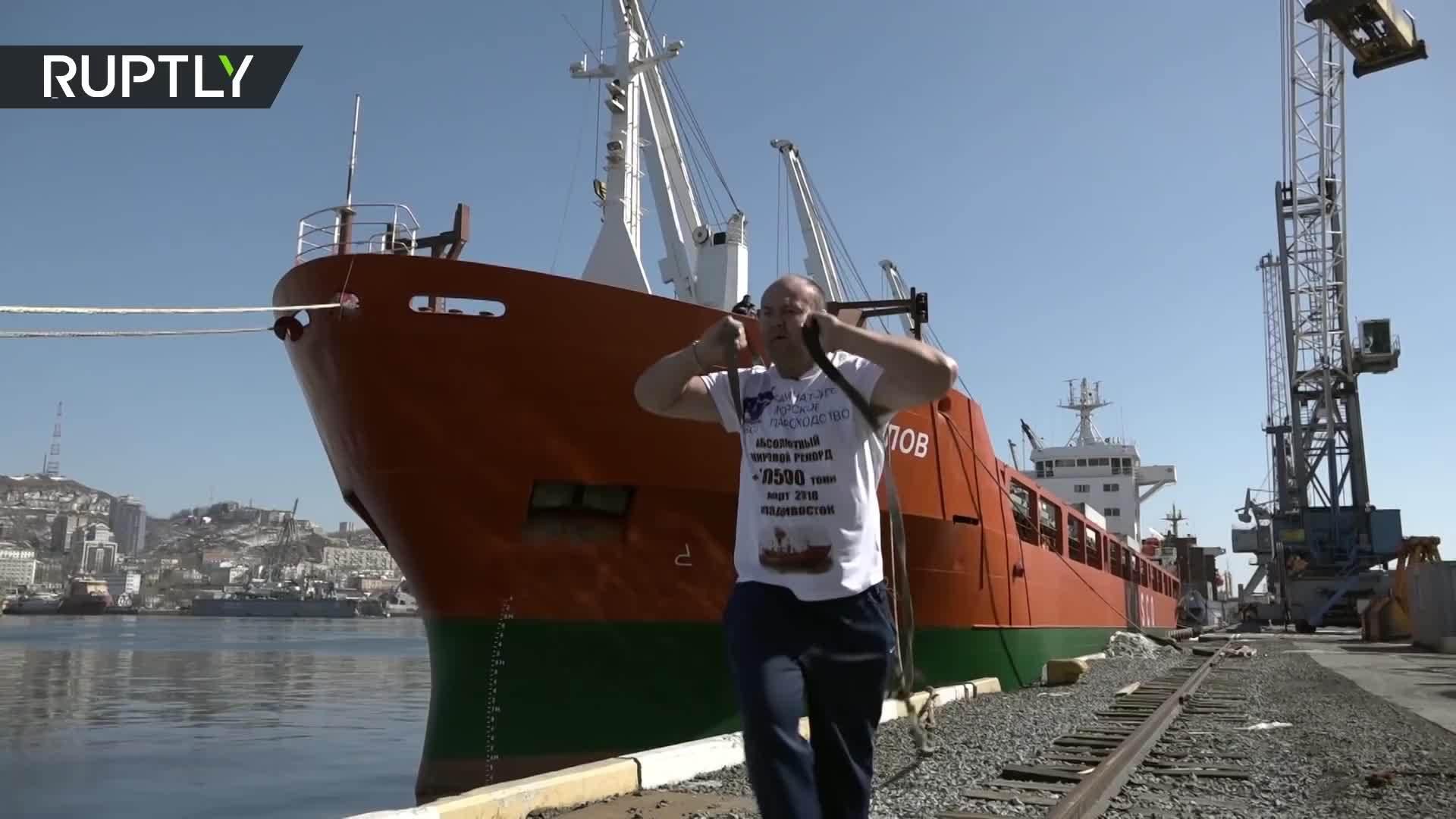 Lực sĩ Nga kéo tàu 10.500 tấn