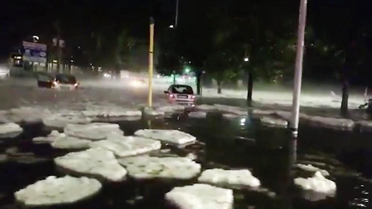 Mưa bão kết hợp mưa đá tạo băng trôi giữa phố ở Rome