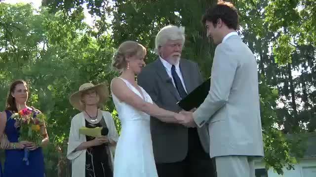 Nhân viên vận chuyển nhẫn cưới đặc biệt