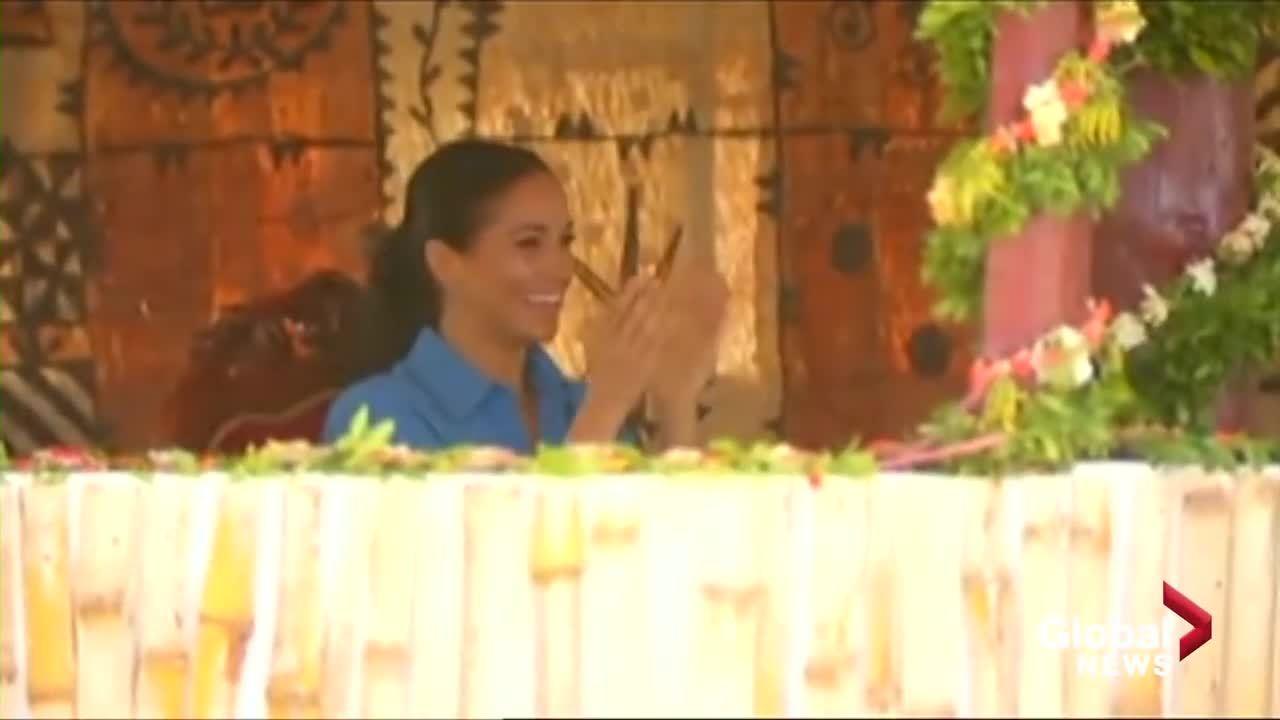 Vợ Hoàng tử Harry cười chảy nước mắt khi xem đám trẻ biểu diễn