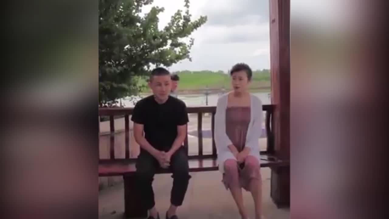 Chàng trai lãnh đủ vì tưởng được người đẹp hôn