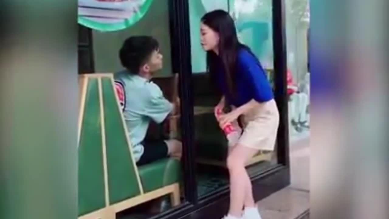 Cô gái tá hỏa vì được 'trai đẹp' chờ sẵn để hôn