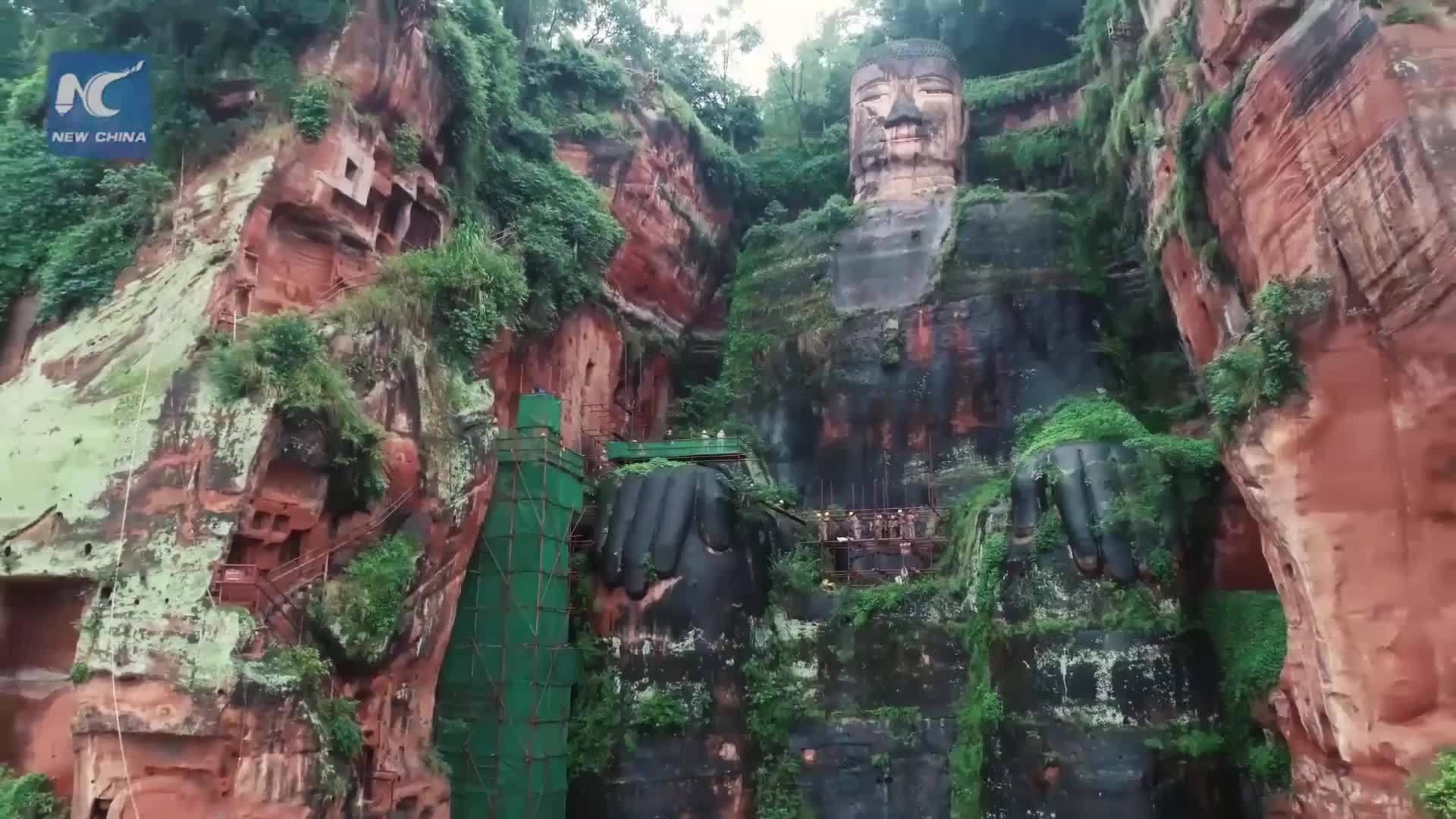 Tượng Phật bằng đá lớn nhất thế giới bị nứt