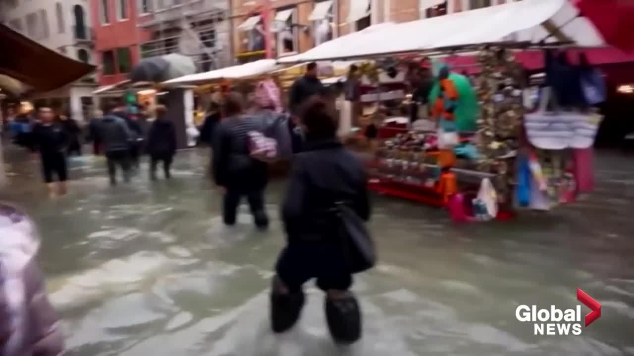 Hàng quán ở Venice vẫn đông khách dù nước ngập tới gối