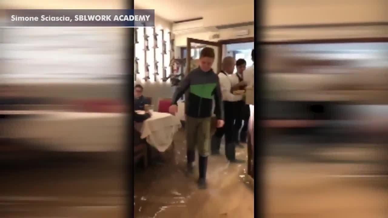 Quán pizza ở Venice vẫn đông khách dù nước ngập đến chân