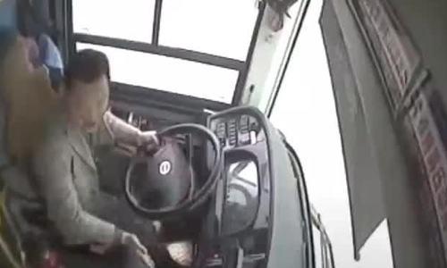 Tài xế Trung Quốc gây gổ với hành khách trước khi xe buýt lao xuống sông
