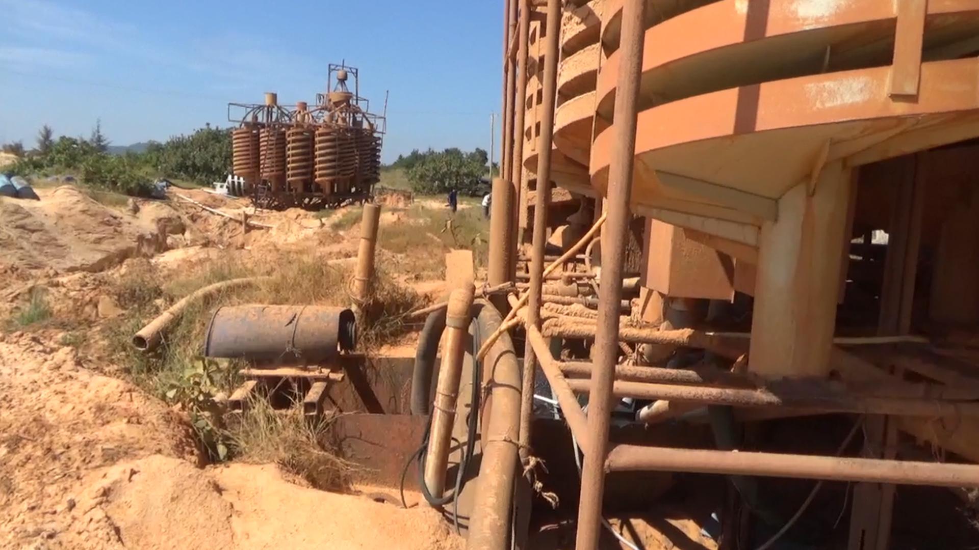 Kiểm tra mỏ khai thác titan trái phép ở Bình Thuận
