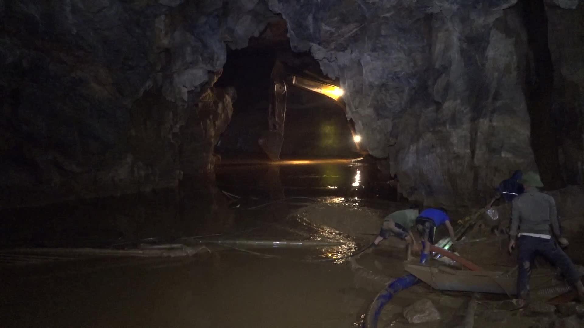 Xuyên đêm tìm kiếm 2 phu vàng mắc kẹt trong hang