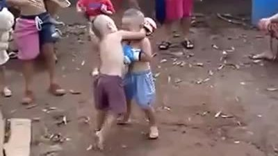 Màn so tài của hai võ sĩ Muay Thái nhí