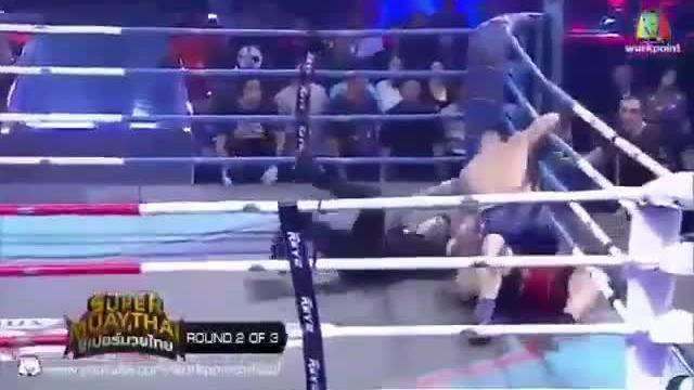 Trọng tài nhừ đòn vì can ngăn hai võ sĩ Muay Thái
