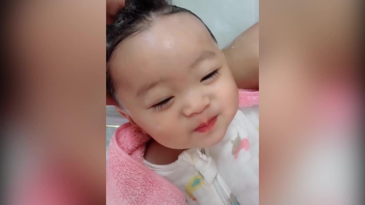 Em bé cười như thiên thần khi được mẹ gội đầu