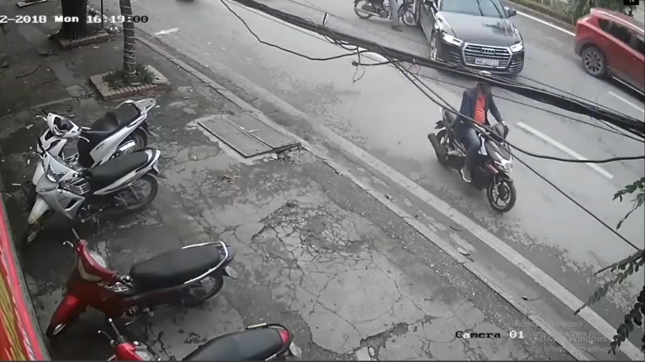 Ôtô lùi gây tai nạn liên hoàn tại Hà Nội