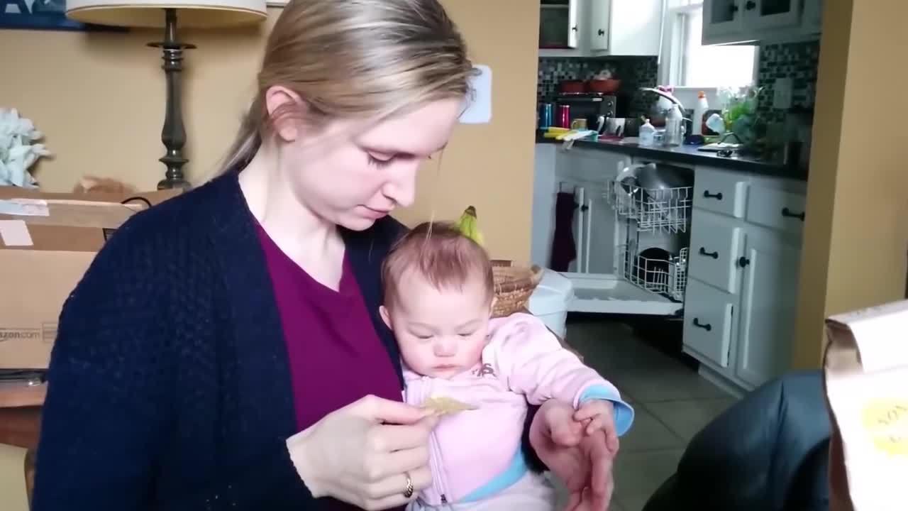 Cậu bé cười sung sướng khi thấy mẹ ăn