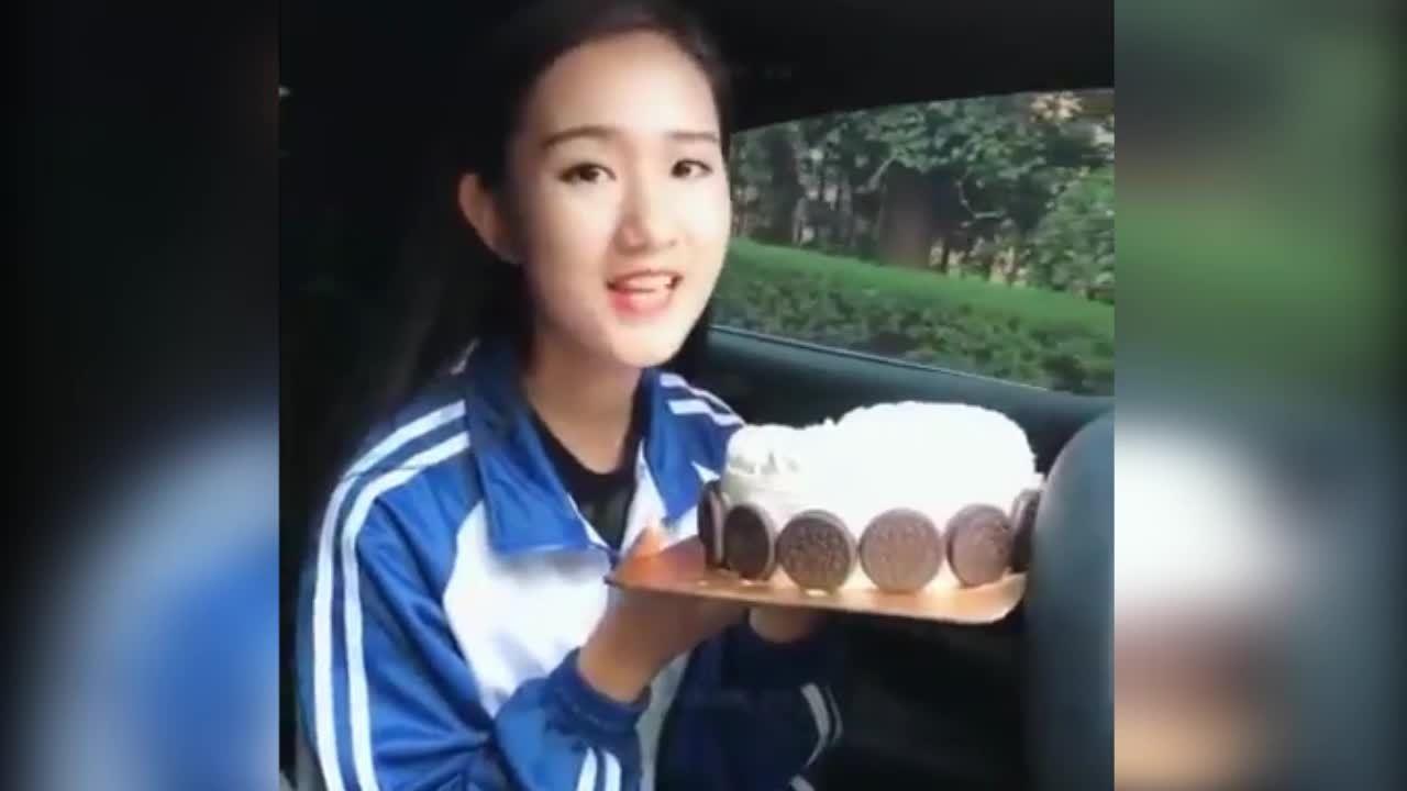 Cô gái úp mặt vào bánh kem vì bị chơi khăm