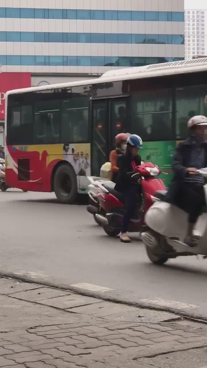 Ninja dừng xe nghe điện thoại